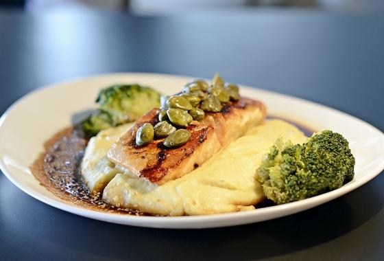 Salmão nagoya: salmão temperado com alcaparras, grelhado, purê de batata, brócolis, molho oriental e gergelim - Restaurante Salvador Dalí. Foto: Alex Oliveira.