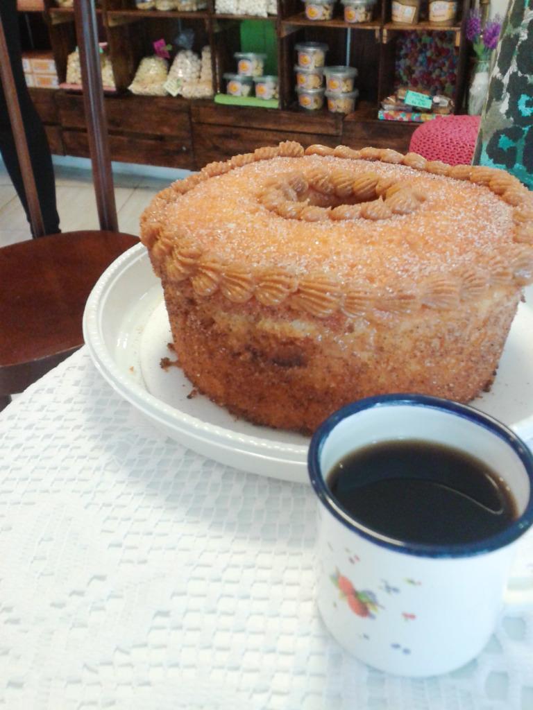 Bolo de Churros servido com café.