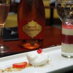 Espumante Glamour Brut Rosé, acompanhou a sobremesa de Mousse de Coco com Cremeux de Morango e Primavera.