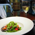 Salada Morna de Mexilhões, foi servida de entrada e harmonizada com o vinho Alto Vuelo Reserva Sauvignon Blanc.