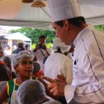 Chef Rogério de Siqueira com as crianças. Foto: Gabrielle Ferreira.
