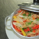 Roupa Velha (carne de boi cozida levemente em caldo de vegetais, desfiada e servida sobre colchonete de farofa d'água)