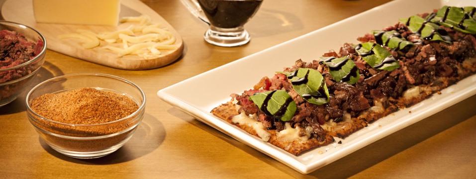 Chicken & Eggplant Flatbread. Combinação de frango e berinjela temperados, cebola caramelizada, queijo e manjericão. Foto: Divulgação.