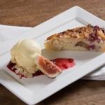 Torta de figo e framboesa com sorvete de baunilha.