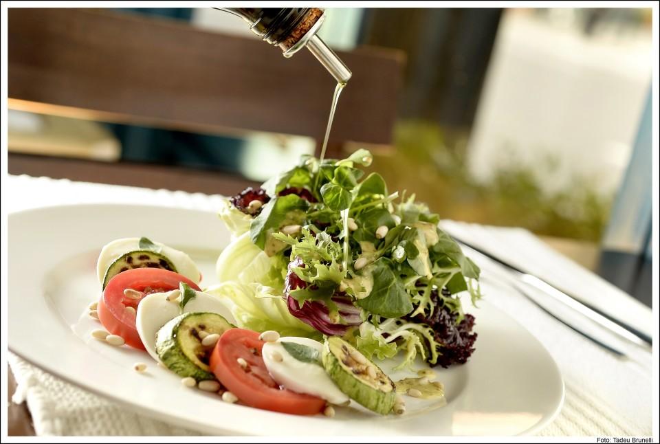 Salada de folhas verdes com mozzarella de búfala . Foto: Divulgação.