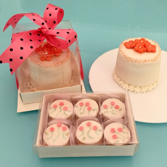 Cupcakes de casadinho e mini bolo de limão siciliano recheado com doce de leite e decorado com pérolas de chantilly . Foto: Divulgação.