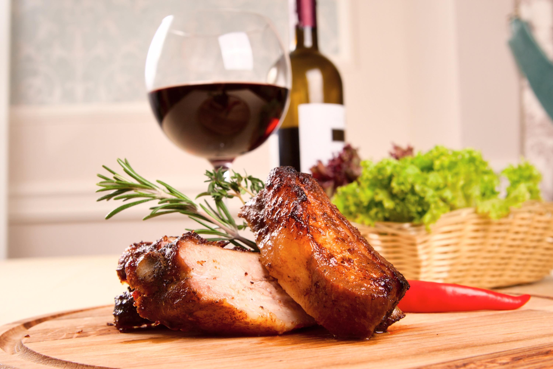 Carne na brasa e vinho na taça, aprenda a preparar churrasco harmonizado