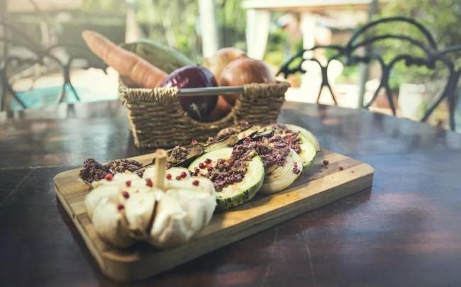 Legumes grelhados com tapenade de azeitonas. Foto: divulgação.