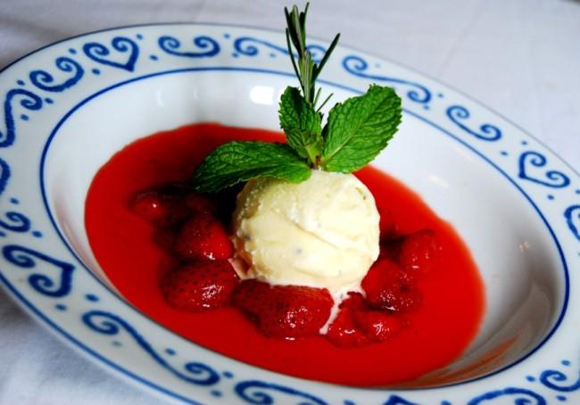 A coulis de morango, uma espécie de sopa, vai bem como sobremesa. Foto: divulgação.