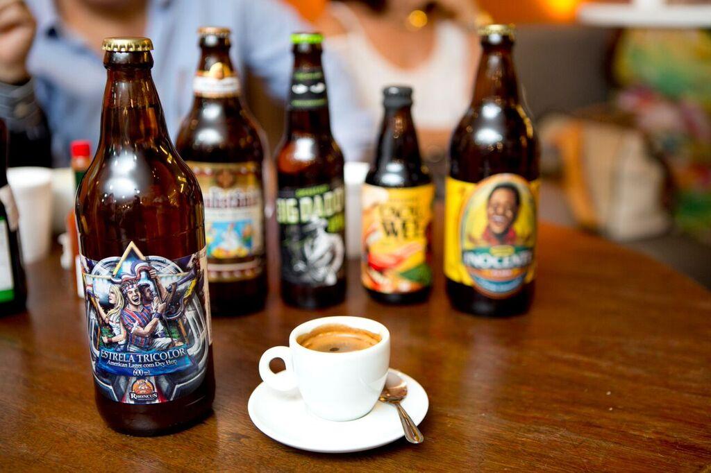 Cervejas artesanais criadas na Bahia e rótulos internacionais no happy hour Lucca. Foto: Daniel Santos – Divulgação.