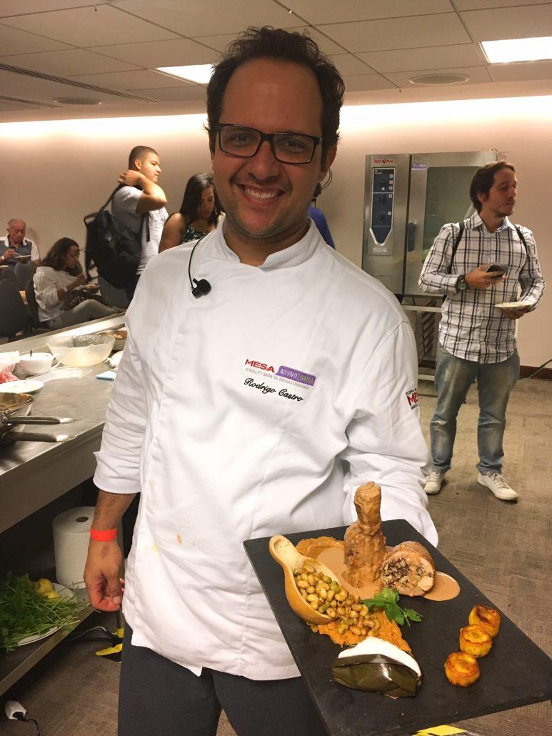 Chef Rodrigo Castro com o seu prato preparado em sua aula: Ochinchim de frango com acaçá de milho branco, vatapá e quintandê. Foto: Repórter Gourmet.