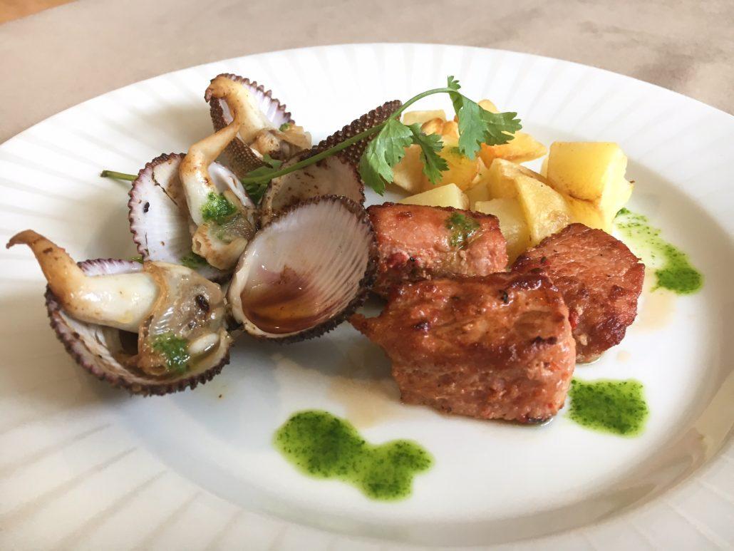 Carne de porco à alantejana com rala coco (ostra). Foto: Repórter Gourmet.
