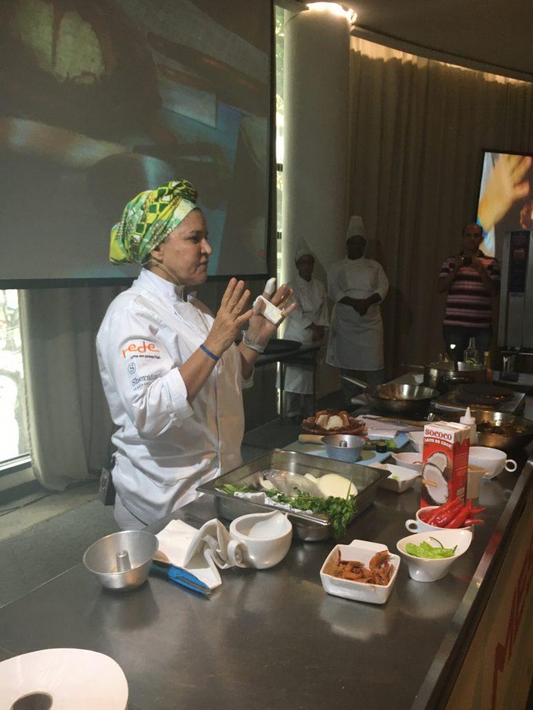 Chef Tereza Paim em sua aula apresentando a história do arroz de Hauçá. Foto: Repórter Gourmet.
