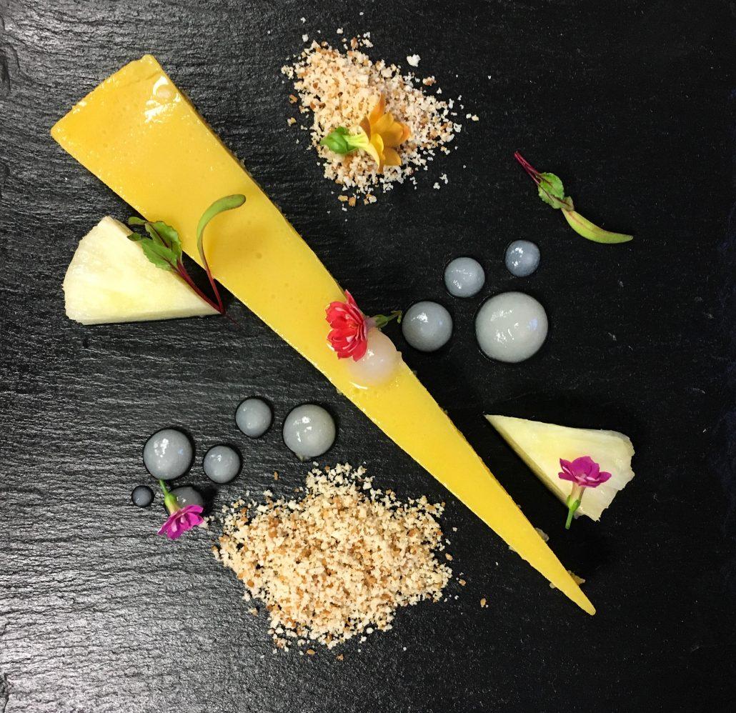 Quindim com farofa de tapioca do chef Luan Moura. Foto: Repórter Gourmet.
