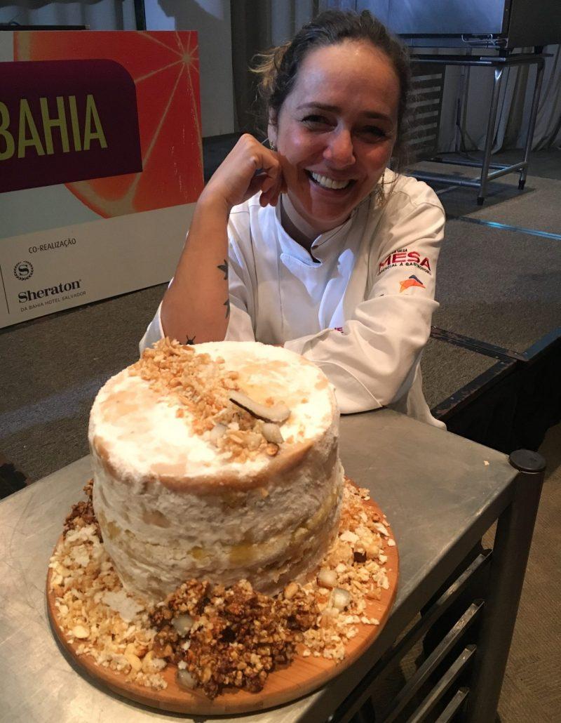 Carole Crema e seu bolo doce de vatapá preparado em sua aula no Mesa ao Vivo Bahia.