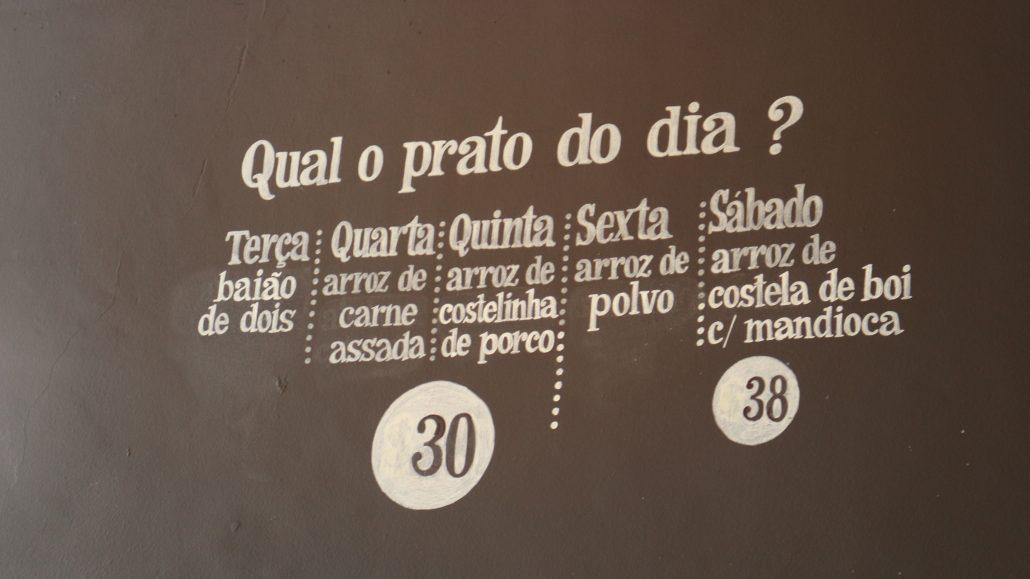 Cardápio na parede.