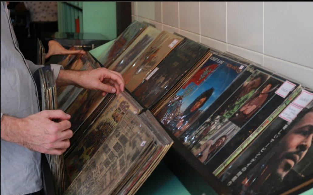 Balcão de discos à venda.