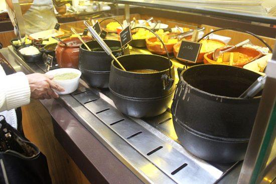 Buffet de jantar com três opções de sopa na Paneville.