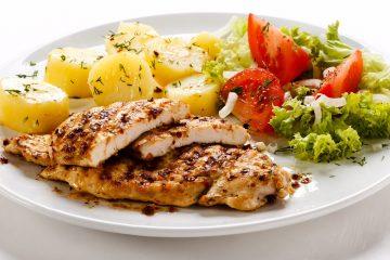 Filé de frango com batata e salada. Foto Divulgação